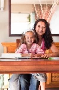 10115032-alegre-madre-ayudando-a-su-hija-para-tareas