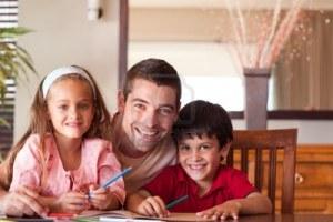 10249958-padre-radiante-ayudando-a-sus-hijos-para-tareas
